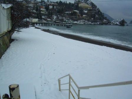 пляж в снегу.Гурзуф