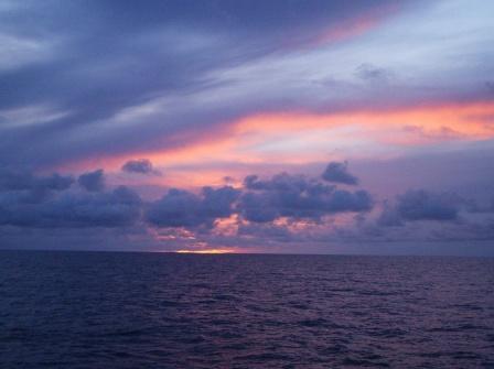 Восход по середине океана
